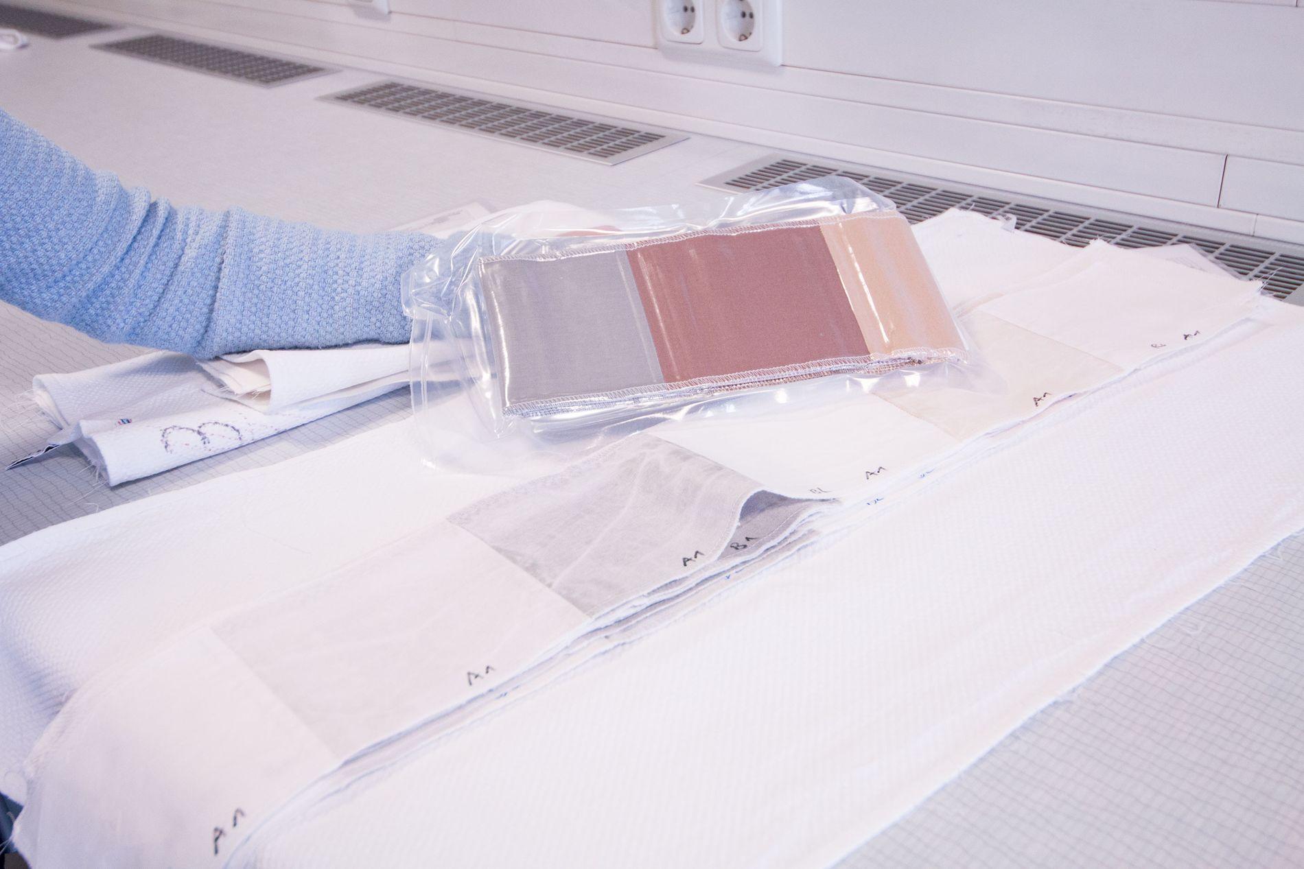 Blod og svette: Disse stripene, syntetiske fargestoffer som etterlikner flekker, sier noe om hvor godt en vaskemaskin utfører jobben sin. Her er blod og svette, samt kakao og olje representert. Jo nærmere en ren bomullstripe vaskemaskinen kommer, jo bedre.