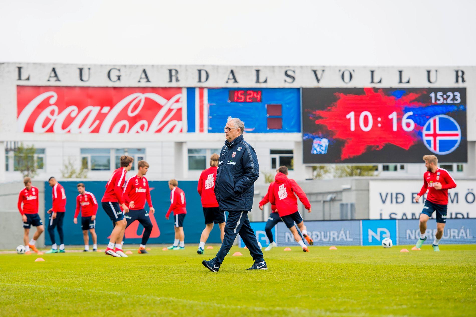 PÅ KJENT GRESS: Lars Lagerbäck er klar for å møte de islandske landslagsspillerne igjen, men denne gang som landslagssjef for Norge. I går trente spillerne på nasjonalarenaen Laugardalsvölluer i hovedstaden Reykjavik.