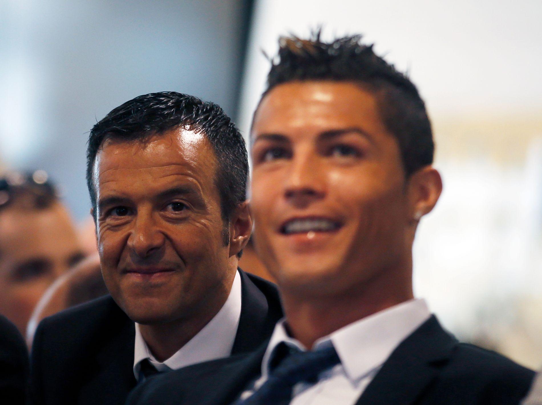 GOD BUTIKK: Fotballagent Jorge Mendes (t.v.) var ikke fornøyd etter at landsmannen og gullkalven hans Cristiano Ronaldo ikke stakk av med hovedprisen på UEFA-gallaen i Monaco. Her fra 2013 under et arrangement på Santiago Bernabeu-stadion i Madrid, det som inntil forrige sesong var Ronaldos hjemmebane.