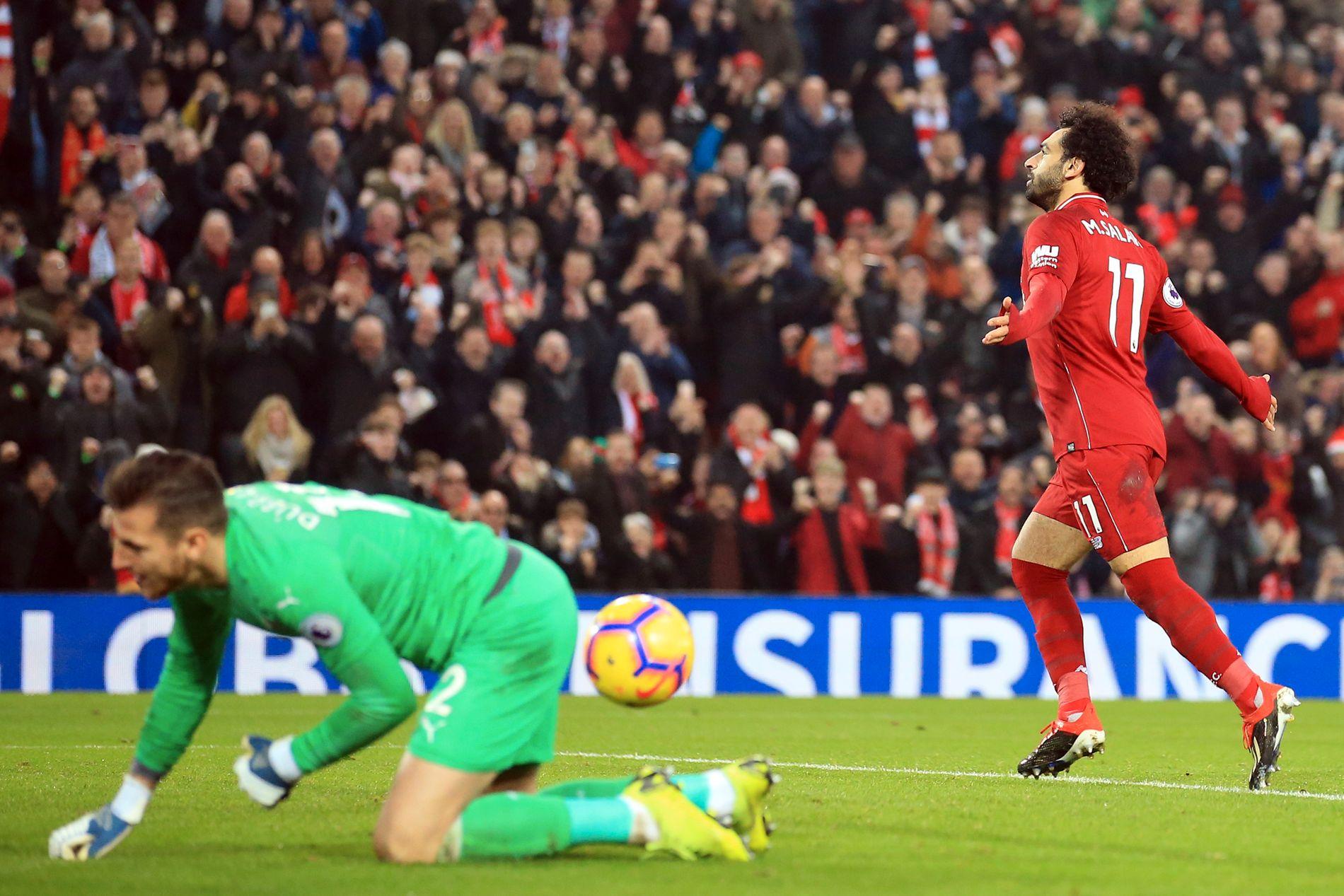 SCORET OG ASSISTERTE: Mohamed Salah jubler etter å ha scoret på straffe. Senere i kampen tok han corneren, som Fabinho headet i nettet. Til venstre fortviler Newcastle-keeper Martin Dúbravka.