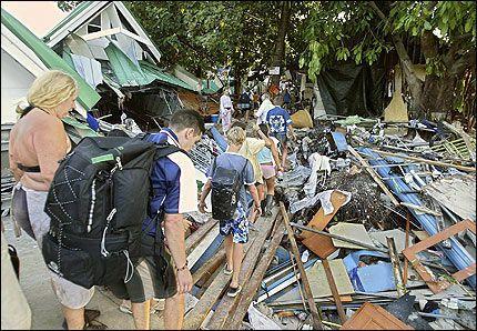 ENORME ØDELEGGELSER: Turister på vei gjennom et fullstendig smadret hotell på turistøya Phi-Phi i Thailand. Foto: EPA