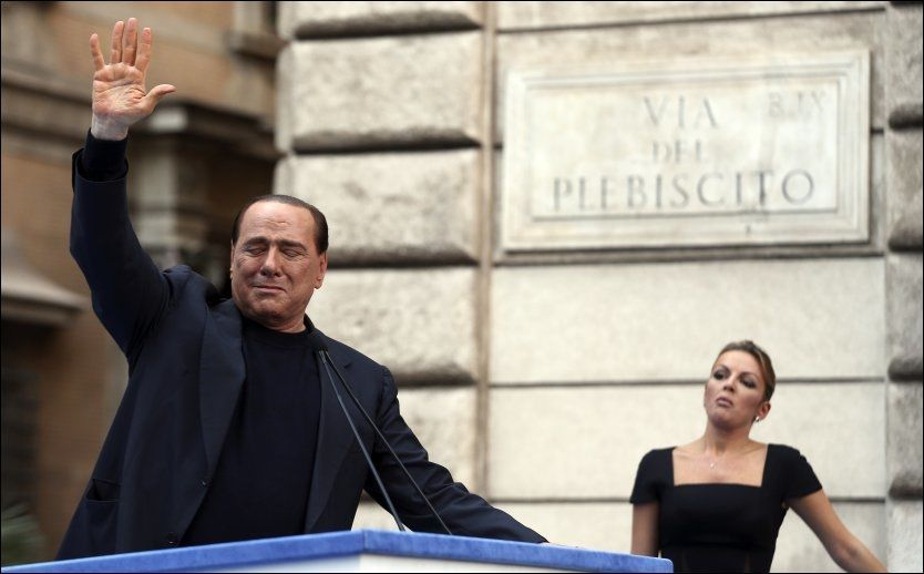 RØRT: Silvio Berlusconi vinker til tilhengere som demonstrerte til hans støtte søndag. Foto: Alessandro Bianchi / Reuters / NTB scanpix
