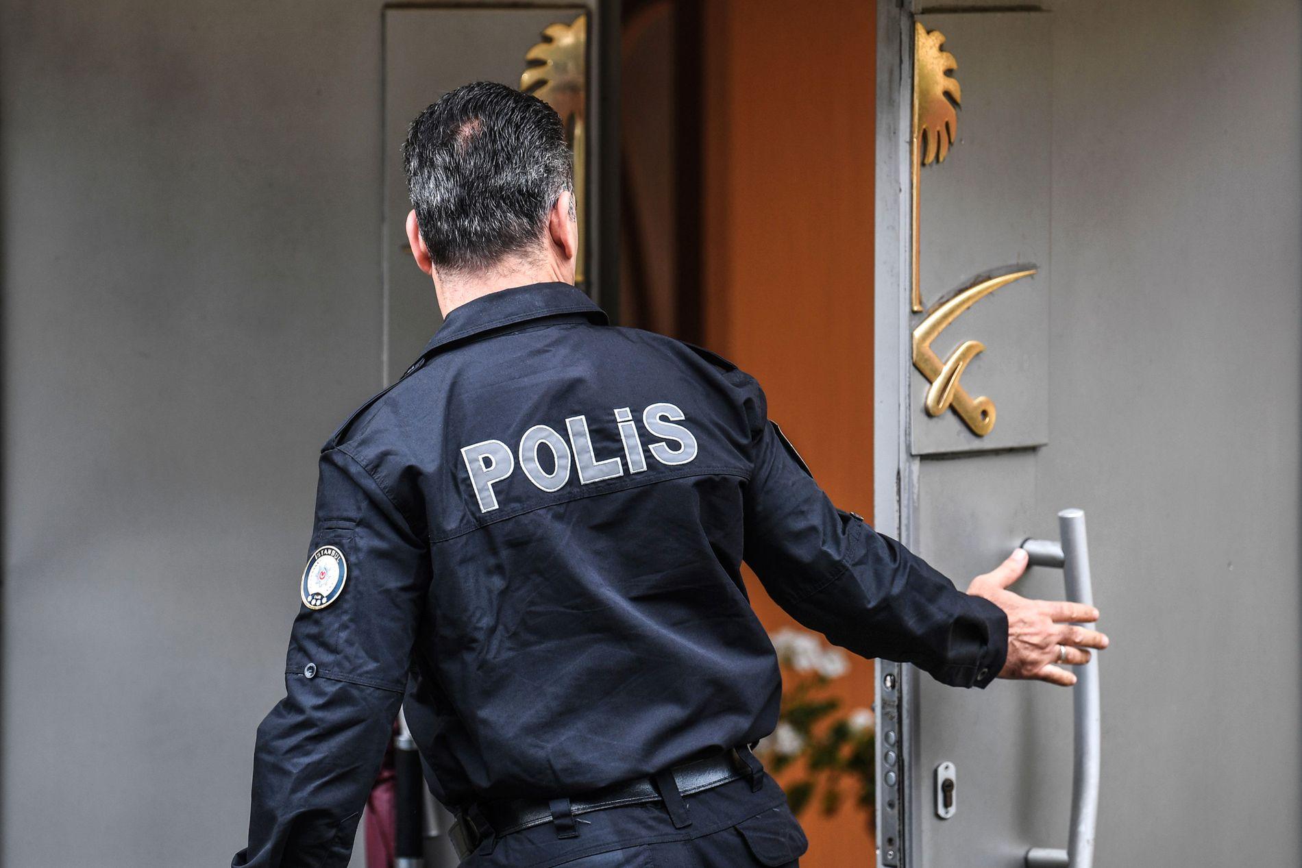 POLITI: En tyrkisk politimann utenfor det saudiarbiske konsulatet i Istanbul torsdag.