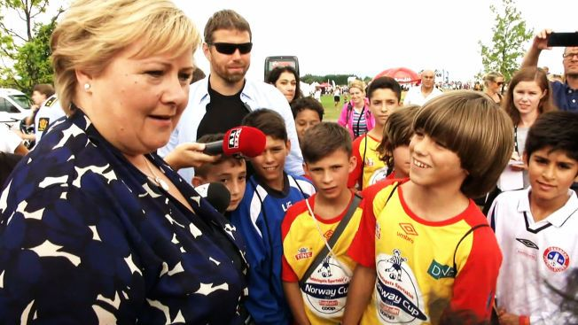 PRATET MED GUTTELAG: Solberg pratet lenge med et guttelag fra Kosovo som har kommet til Norge for å delta på Norway Cup. Guttene takket Solberg for at laget fikk være med på turneringen.