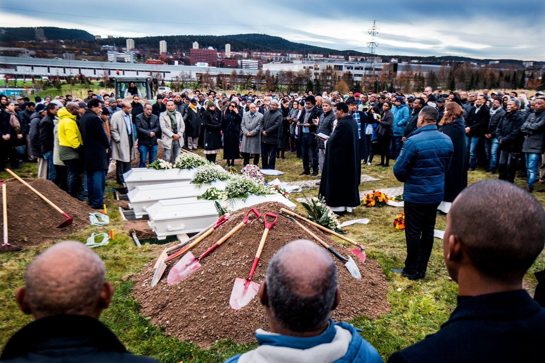 BEGRAVELSE: Flere hundre mennesker fulgte kvinnene til graven.