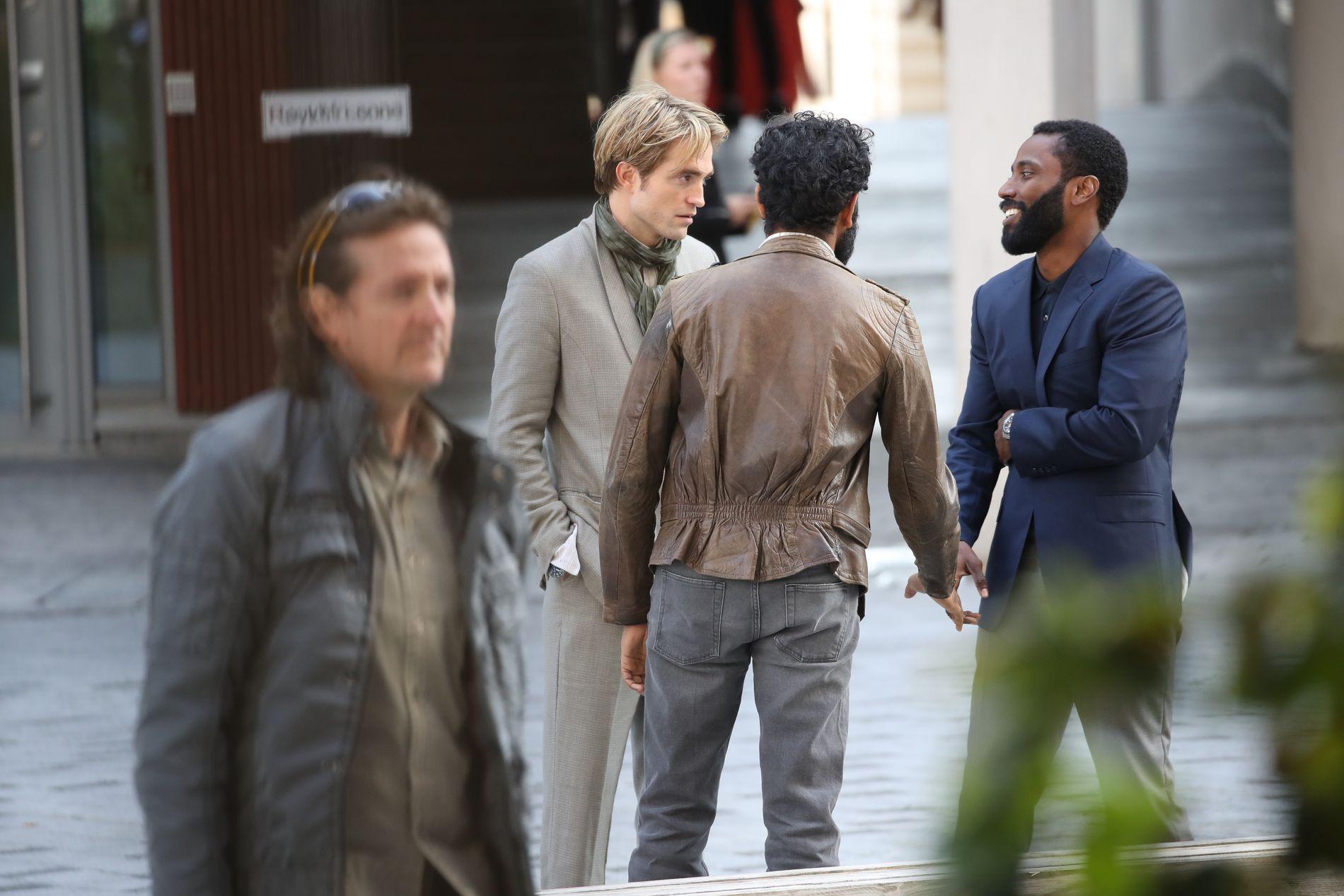 STJERNER: Pattinson i samtale med en skuespiller som kan være John David Washington (t.h).