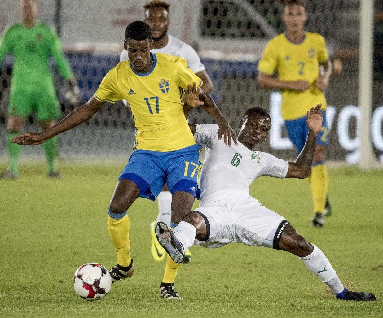 DEBUT: Alexander Isak i duell om ballen mot Nice-spiller Jean Michel Seri.