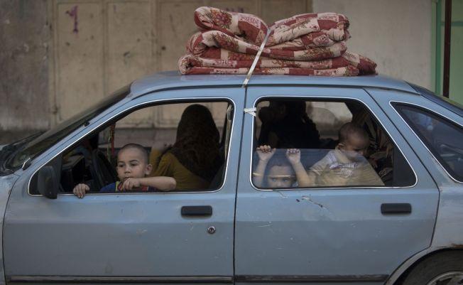 Palestinske familier flykter fra sine hjem i Gaza by i frykt for israelske angrep etter at den 72 timer lange våpenhvilen utløp.