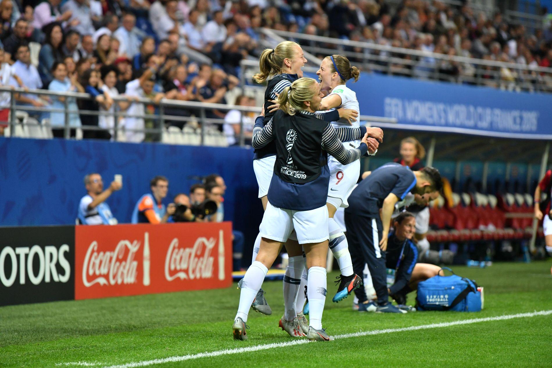 LETTELSE: Isabell Herlovsen og de norske spillerne feirer etter 2–0-scoringen tidlig i 2. omgang.