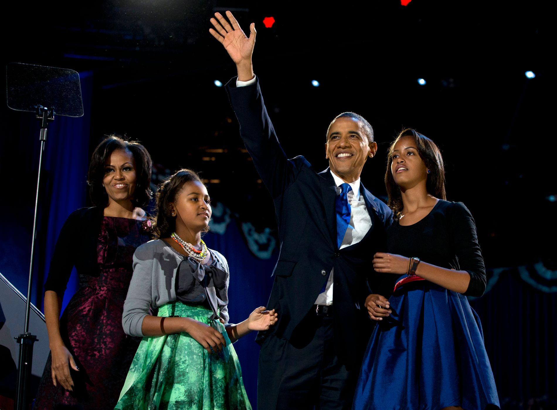 FAMILIE: Michelle, Sasha og Malia med Barack  på valgnattsfest i Chicago i november 2012.