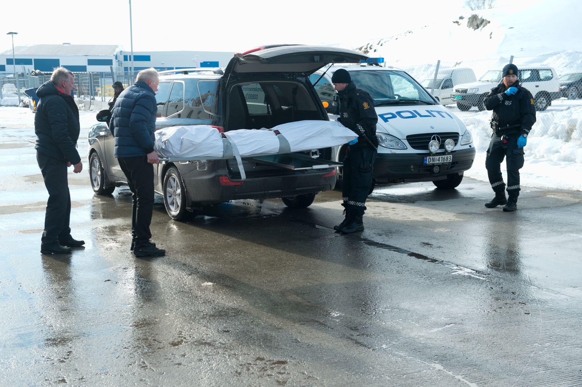 I LAND: Representanter fra et begravelsesbyrå og politiet tok fredag ettermiddag imot den døde personen på kaia i Båtsfjord.