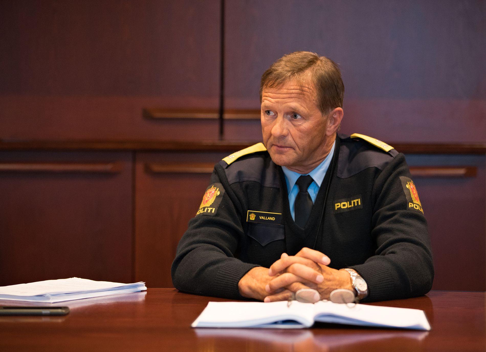 SVARER: Politiinspektør Olav Valland i Vest politidistrikt mener to personer som forsøkte å få gjenopptatt en overgrepssak gikk over grensen da de kritiserte politioverbetjenten som ledet etterforskningen.