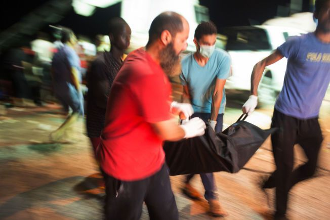 BIDRAR: Dette synet møtte Mohamed Ben Khalifa i Zuwara natt til fredag. Innbyggere gjorde alt de kunne for å hjelpe.
