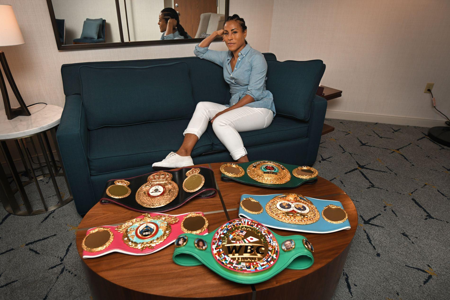 BEHOLDT «BELTE-FAMILIEN»: De fem VM-beltene i weltervekt tilhører fortsatt Cecilia Brækhus. På rommet på Sheraton Gateway Hotel i Los Angeles poserer hun med beltene fra WBC (foran), WBO (midten til venstre), IBF, WBA (bak til venstre og IBO.