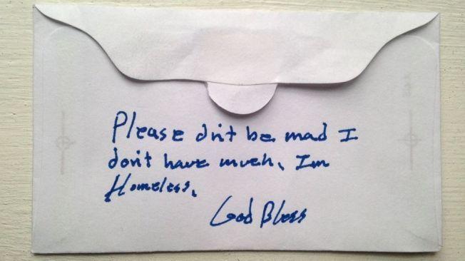 LITEN GAVE, STORT INNTRYKK: Han spiste en gratis frokost med andre hjemløse i nabolaget. Så la han noen mynter i en konvolutt med en unnskyldning om at han ikke hadde mer å gi til kirken.