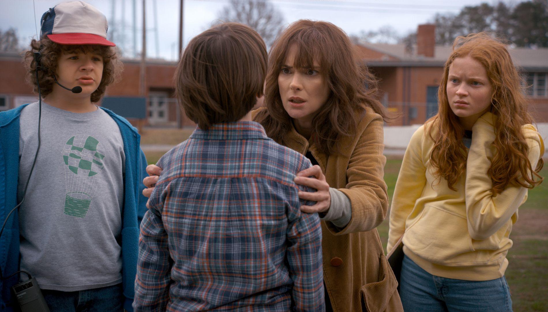 INTENST BRA: Winona Ryder gjør en av sine beste roller som den angstfylte, men stadig tøffere moren til Will Byers (Noah Schnapp) i Stranger Things 2. Her sammen med Dustin Henderson (Gaten Matarazzo) og Max (Sadie Sink.)