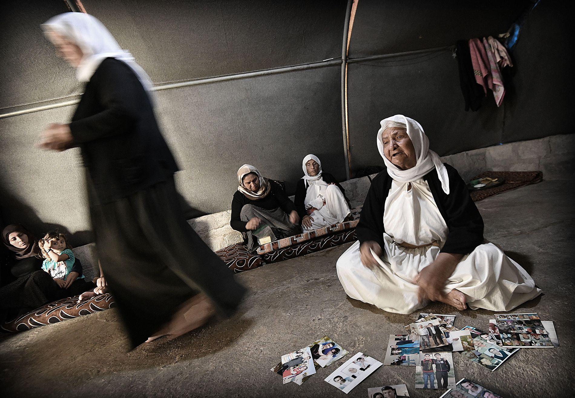 MINNER FRA DE DREPTE: Da IS angrep jesidi-befolkningen i Sinjar i Irak, drepte de mennene og tok kvinner og barn til slaver. Her viser familier frem bilder av de drepte.