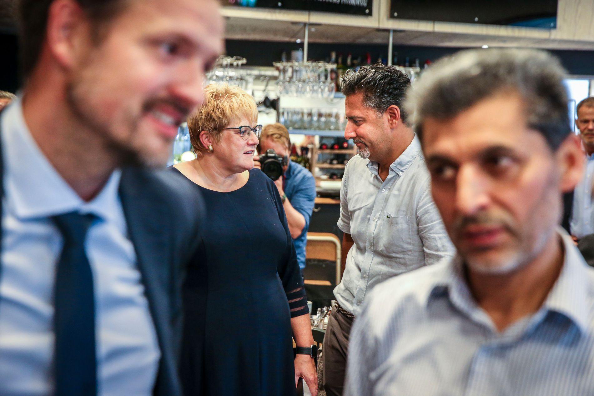 I bakgrunnen står kulturminister Trine Skei Grande i samtale med Venstres Abid Raja.