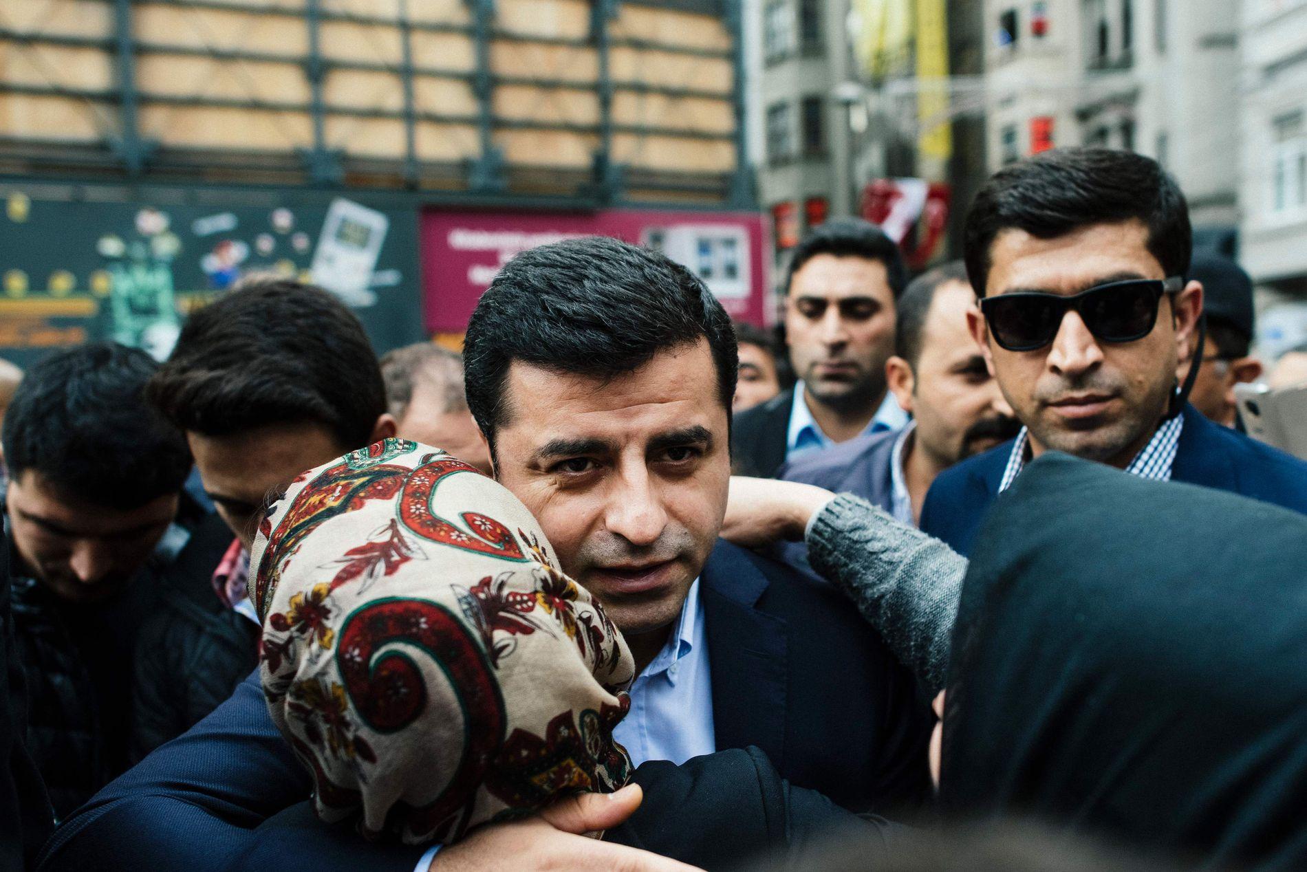 FENGSLET: HDP-leder Selahattin Demirtas er blant mange partimedlemmer som er fengslet, anklaget for å større terrorisme. Bildet er tatt under et valgmøte i Istanbul i 2015.