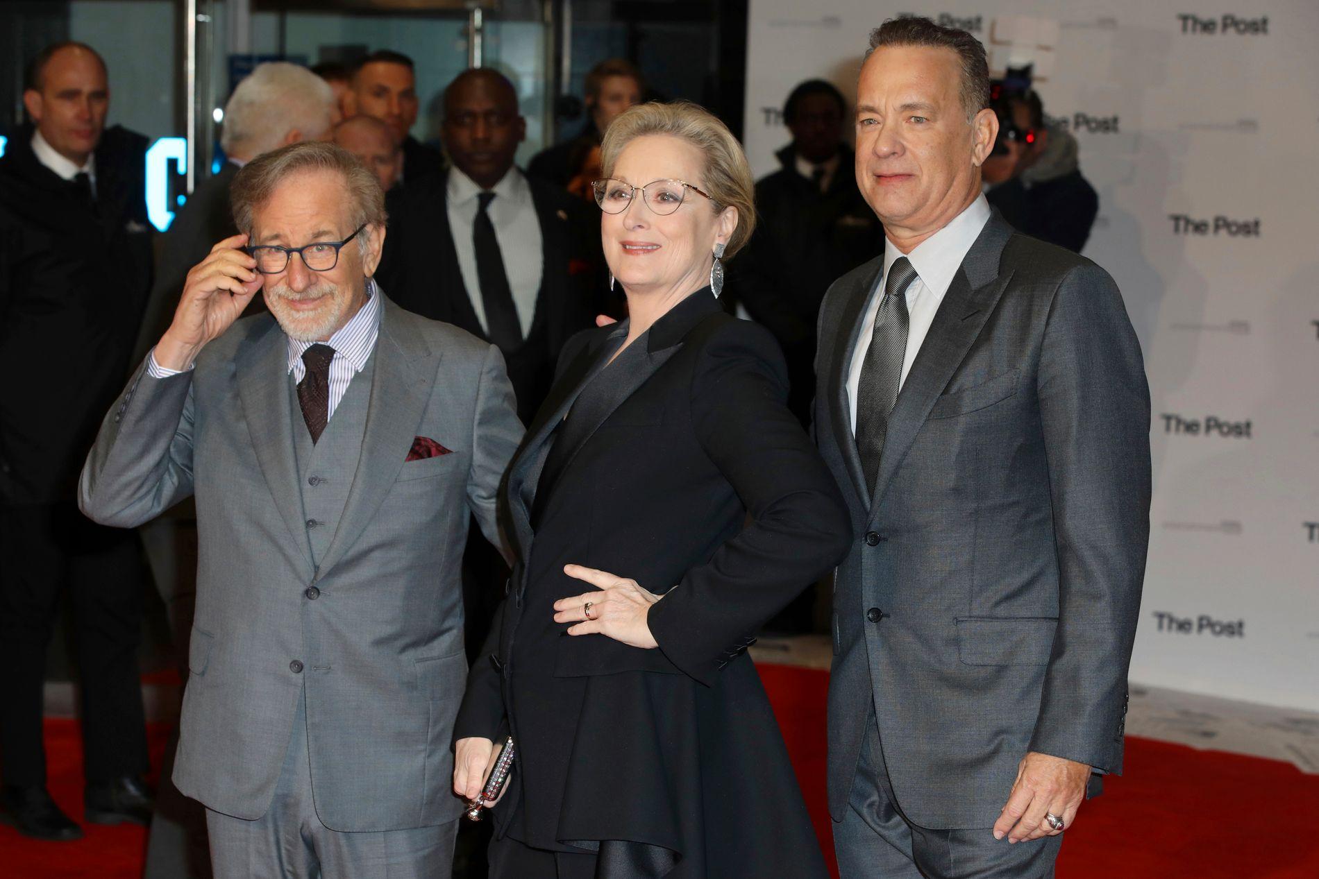 AKTUELL OG HISTORISK: Steven Speilbergs (71) kinoaktuelle film «The Post» handler om president Nixons kamp mot publisering av informasjon som kunne sverte han, men tematikken er like aktuell i dag, mener regissøren, her på filmvisning med hovedrolleinnehaverne Meryl Streep (68) og Tom Hanks (61).