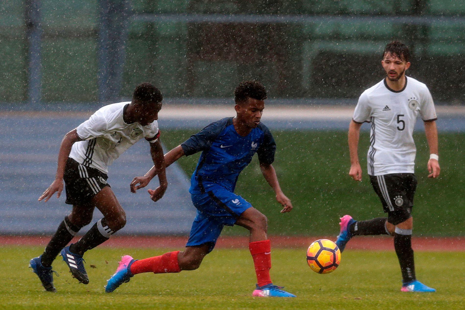 STORTALENT: Yann Gboho (i midten) i aksjon for Frankrikes U16-landslag i februar 2017. I dag spiller han for den franske toppklubben Rennes.