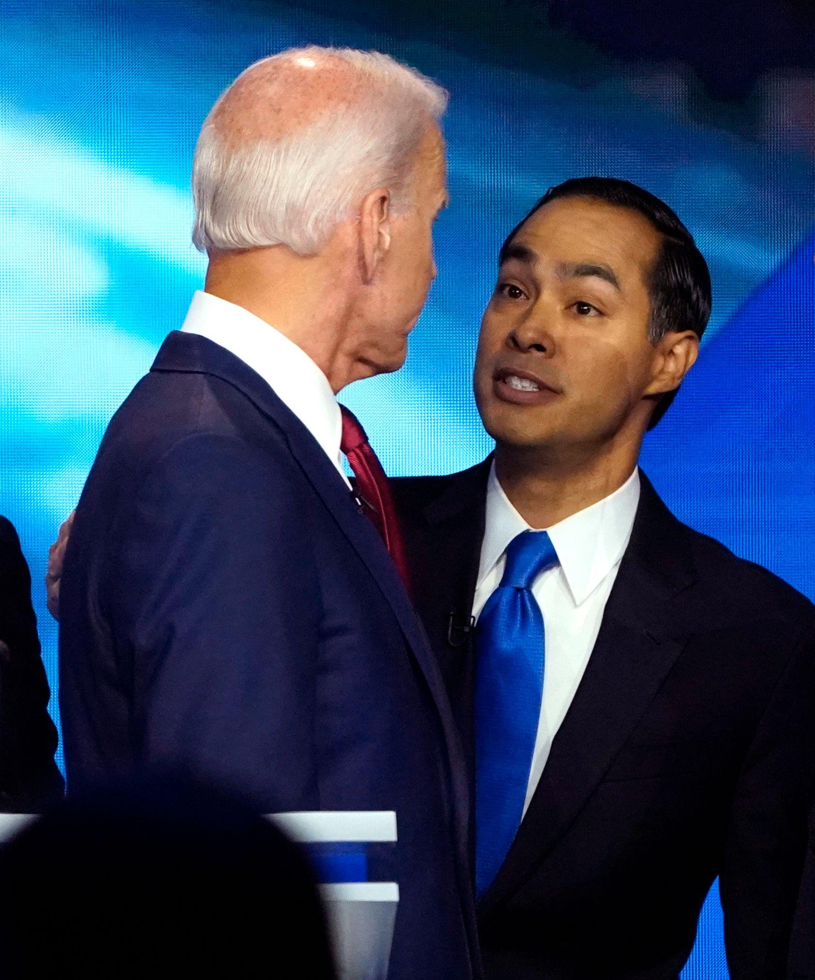 TETT I TETT: Joe Biden og Julián Castro fotografert sammen etter at debatten var over.