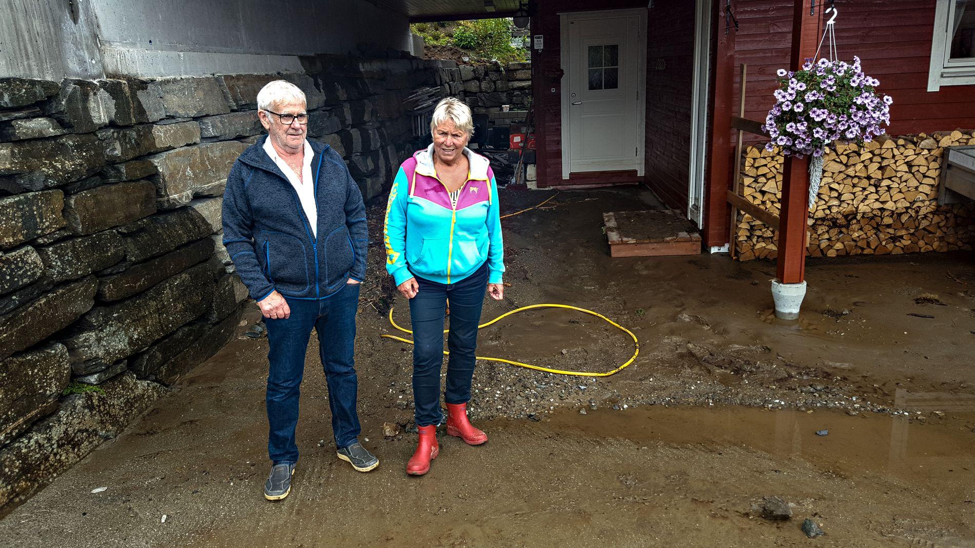 HJEMME IGJEN: Martha og ektemannen Inge Hamre utenfor huset. I natt fryktet hun at huset skulle gå tapt i raset.