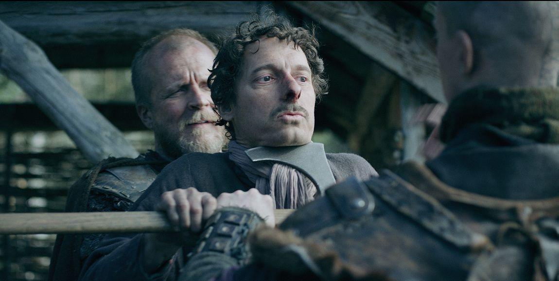 KUES: Trellen Rufus (Trond Fausa Aurvåg) er i ferd med å få en bedriten lærepenge av vikingene, Viljar (Mads Jørgensen) og Ragnar (Mikkel Bratt Silset).