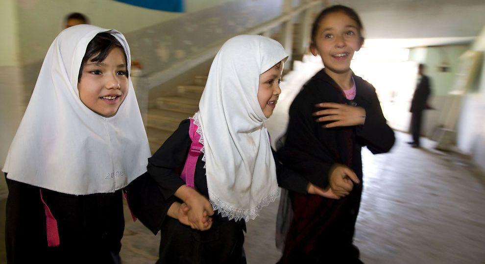 KRITISK: Barn i skolealder skal ikke utsettes for «synd-ikke synd»-spørsmål, mener kronikkforfatteren. Bildet er fra en jenteskole i Afghanistan.