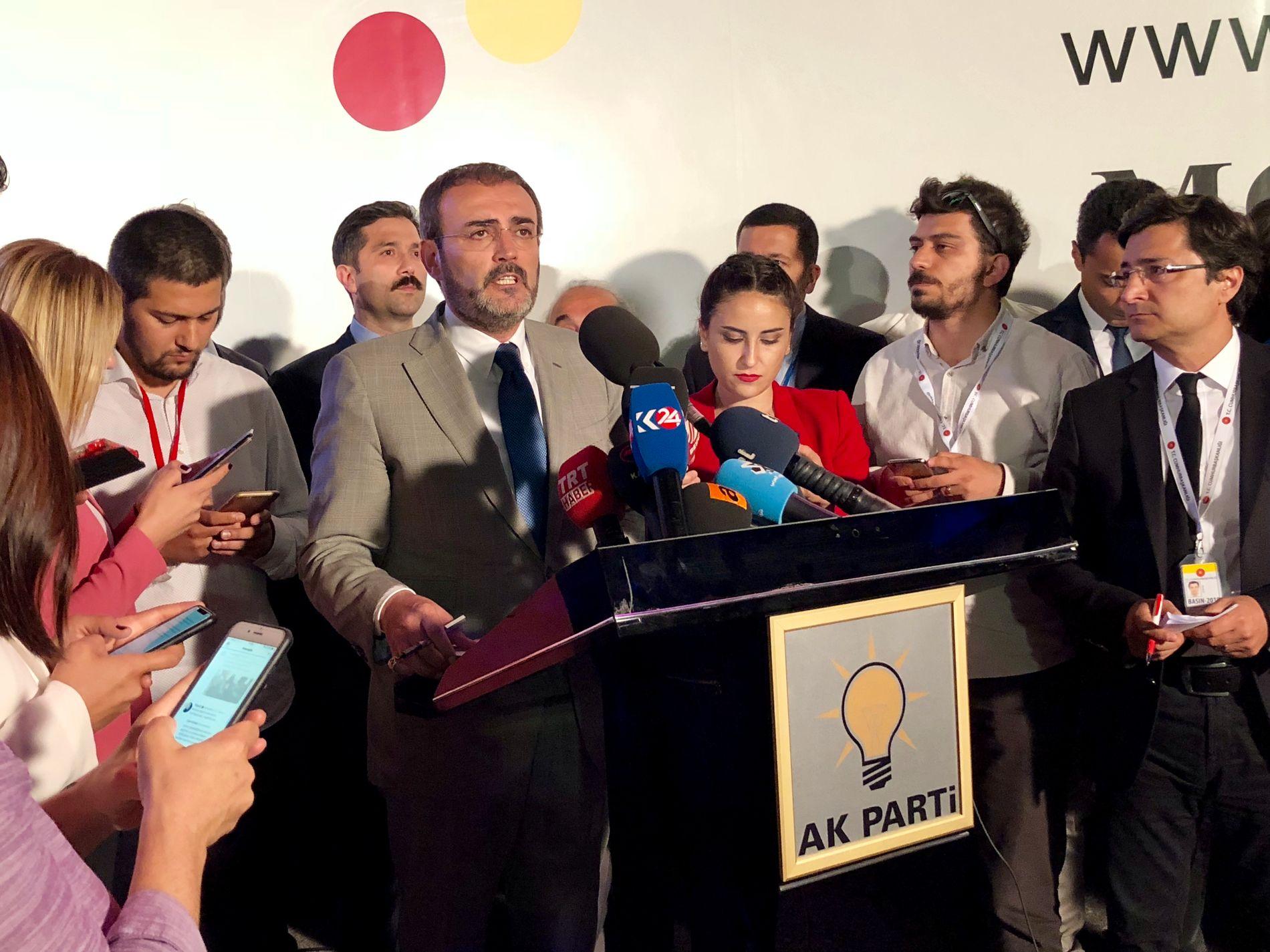 AVVISER VALGFUSK: Mahir Ünal, talsperson for AKP, holder pressekonferanse utenfor AKPs hovedkontor i Ankara.