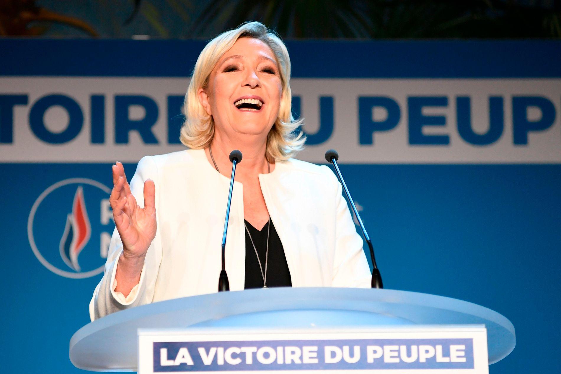 VALGVINNER: Partileder Marine Le Pen snakker til tilhengerne sine, etter at partiet Nasjonal samling toppet valgdagsmålingene i Frankrike.