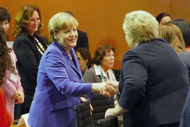 FRUSTRERT: Angela Merkel hilser på Erna Solberg i Berlin mandag. De to statslederne er enige om at en ny Dublin-avtale må på plass om Schengen-samarbeidet skal bestå.