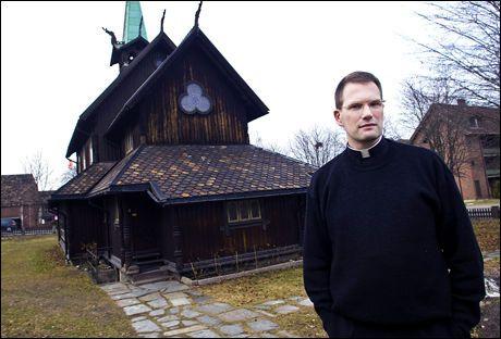 GLAD I KIRKEN: Til tross for ubehagelige opplevelser med sin mentor som ung prestestudent, valgte Reidar Voith å bli prest. Foto: Alf Øystein Støtvig