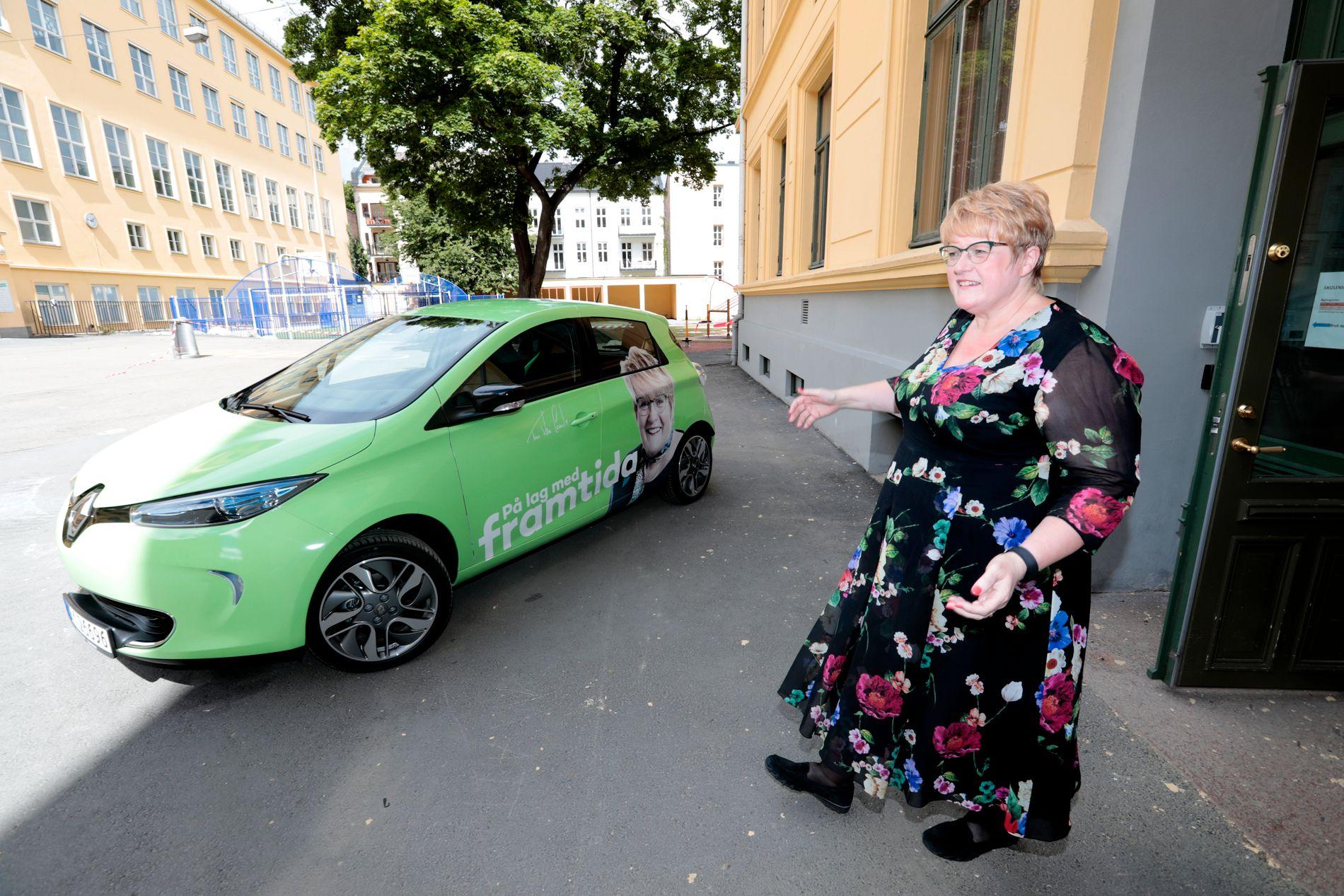 GÅR IKKE VEIEN: Trine Skei Grande har fått sin første bil som hun skal farte rundt med i valgkampen for å redde Venstre fra livet under sperregrensen.