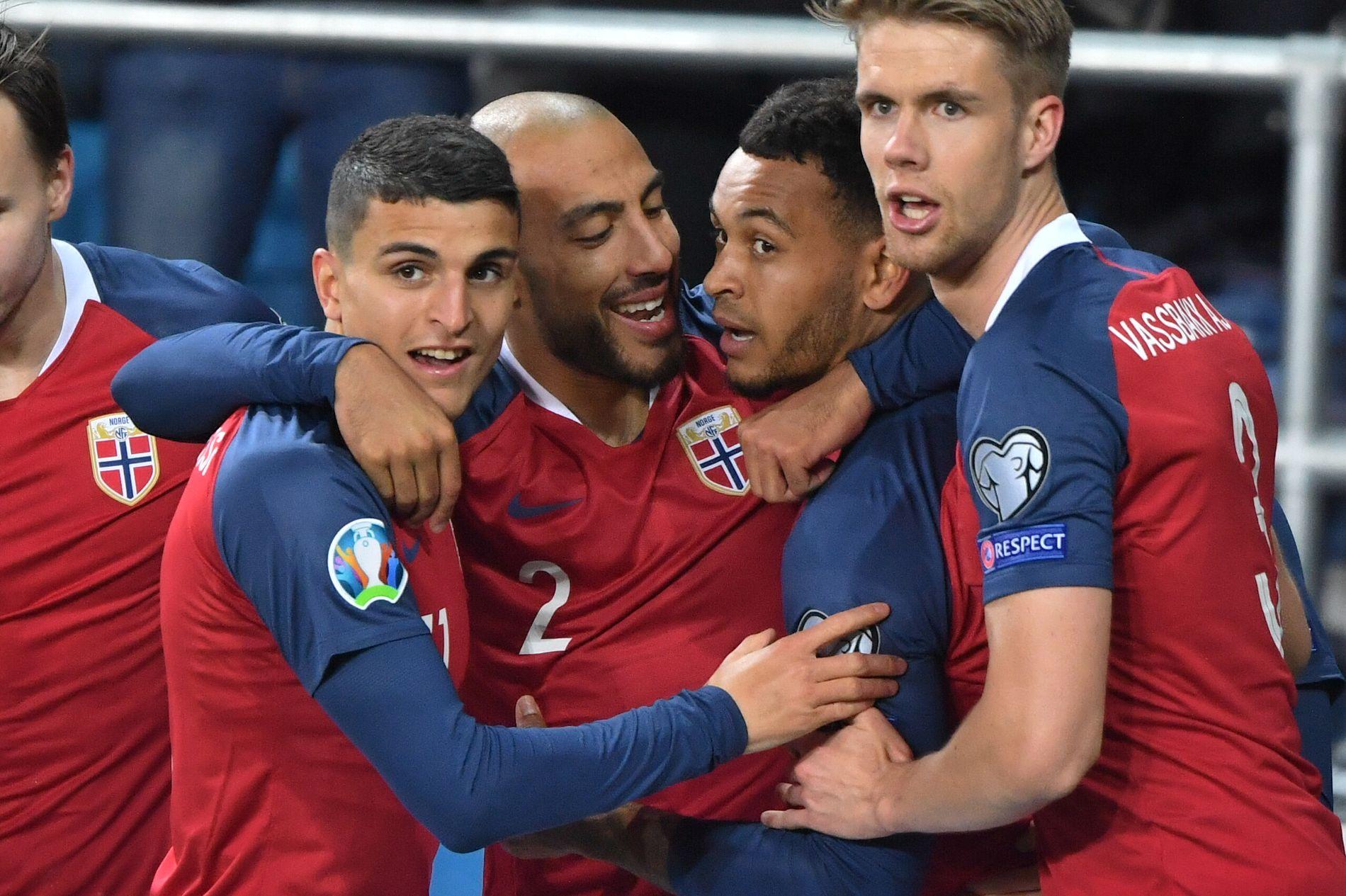 KING SENTRAL: Moi Elyounoussi (t.v.), Haitam Aleesami, Joshua King og Kristoffer Ajer feirer 2–0-scoringen til den norske stjernespissen.