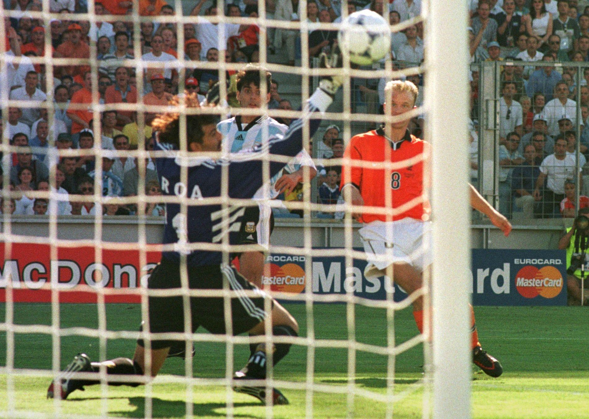 NEDERLANDSK KLASSIKER: VM-kvartfinalen i 1998, Dennis Bergkamp lurer Roberto Ayala og keeper Carlos Roa, og blir matchvinner like før slutt. Foto; BJØRN S. DELEBEKK