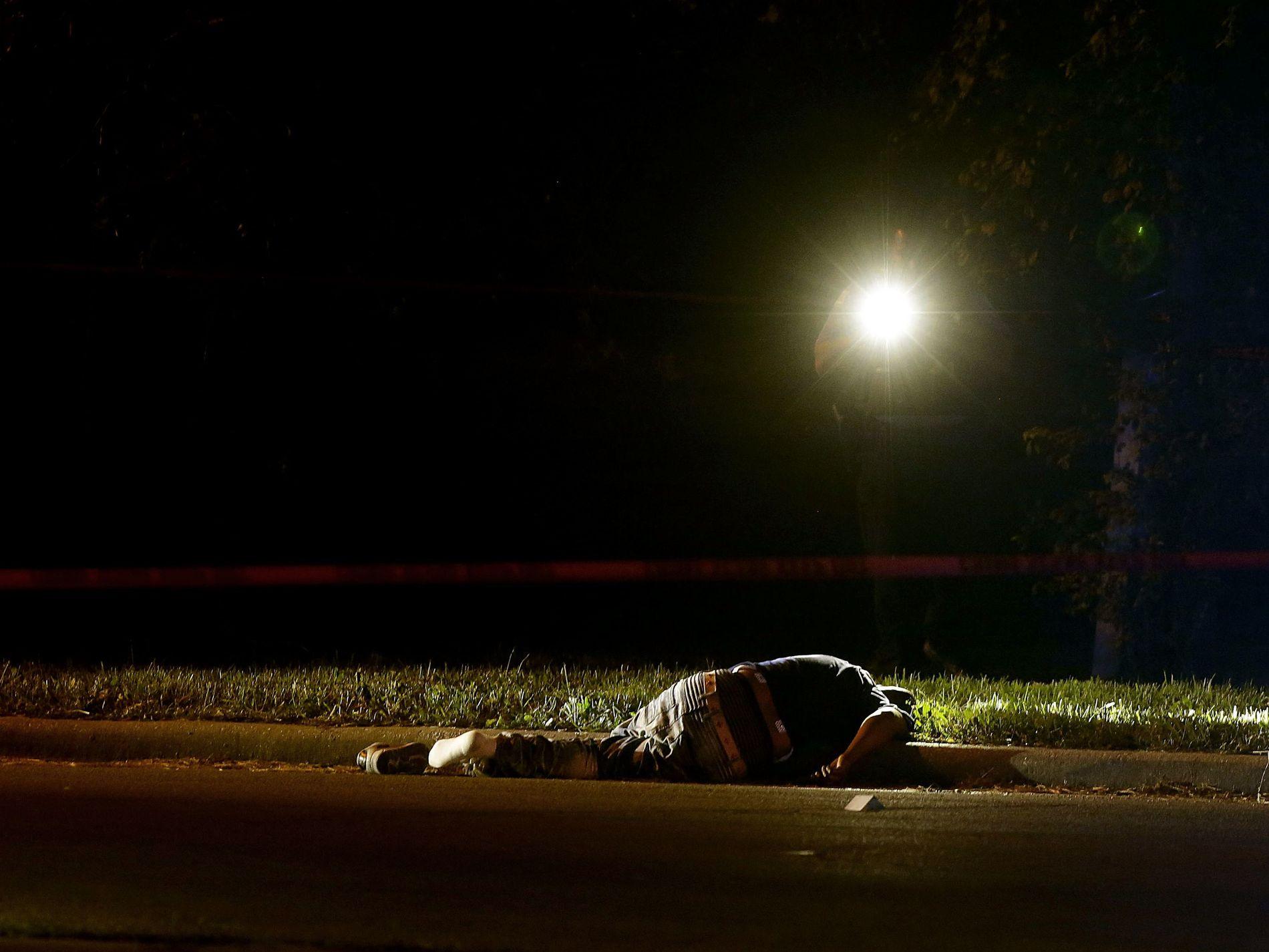 UVANLIG BLODIG: Denne mannen ble skutt og drept mandag 3. juli på Chicagos beryktede vestside. I løpet av fire dager ble 101 personer skutt i byen med 2,7 millioner innbyggere. Foto: AFP