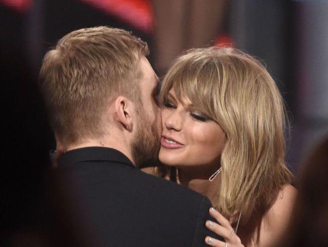 SUPERPAR: Her flørter Taylor Swift med kjæresten Calvin Harris under Billboard Music Awards i mai. Swift stakk av med hele åtte priser under utdelingen.