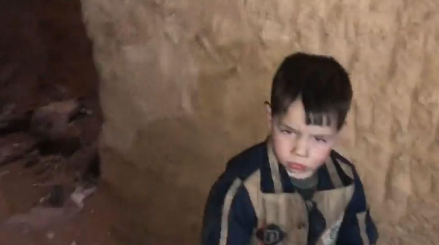 I MØRKET: En gutt gjemmer seg i tunnelene under bakken sammen med familien sin.