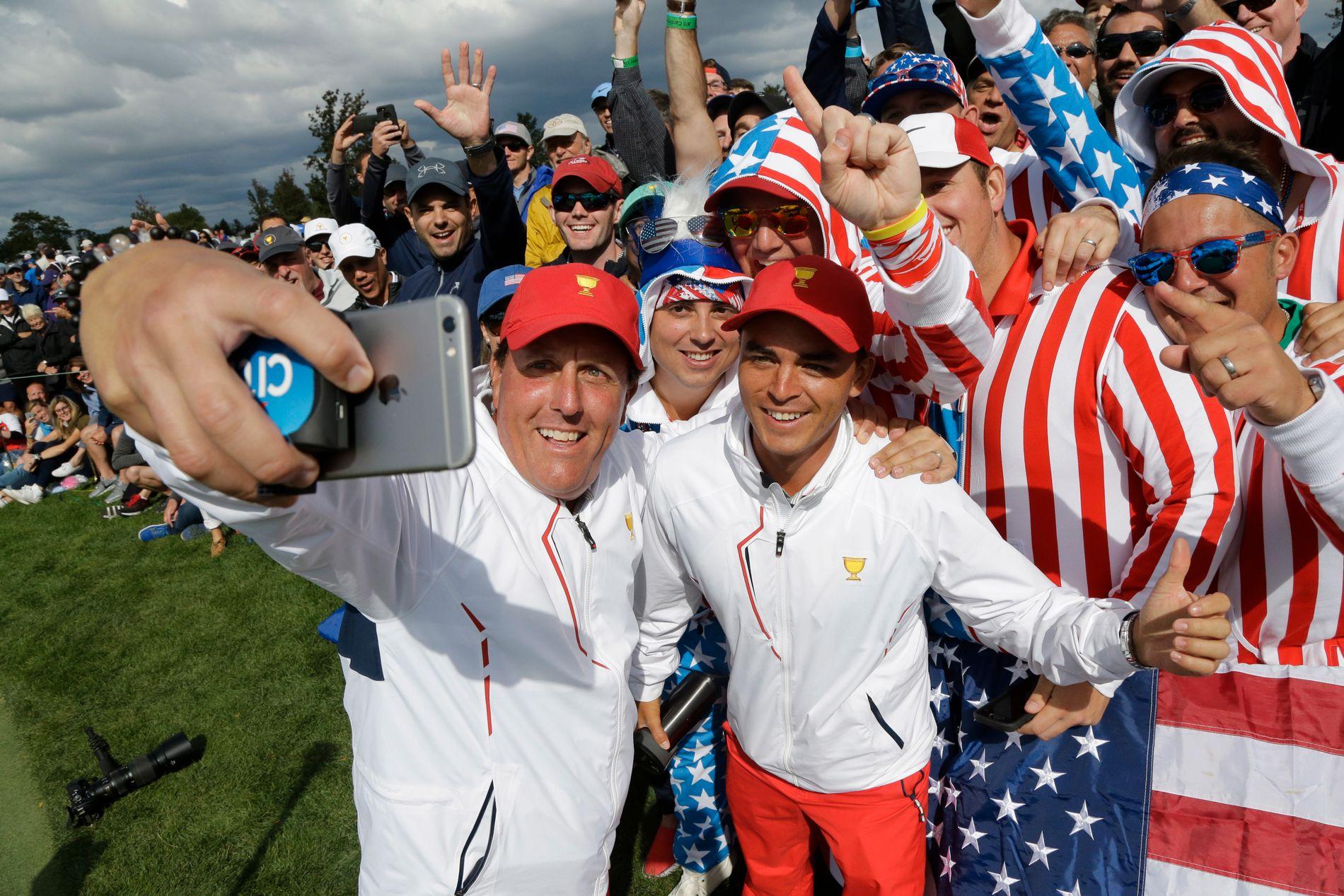 «GOLFIE»: Golfspillerne Phil Mickelson (t.v.) og Rick Fowler med fans under Presidents Cup i New Jersey i fjor høst.