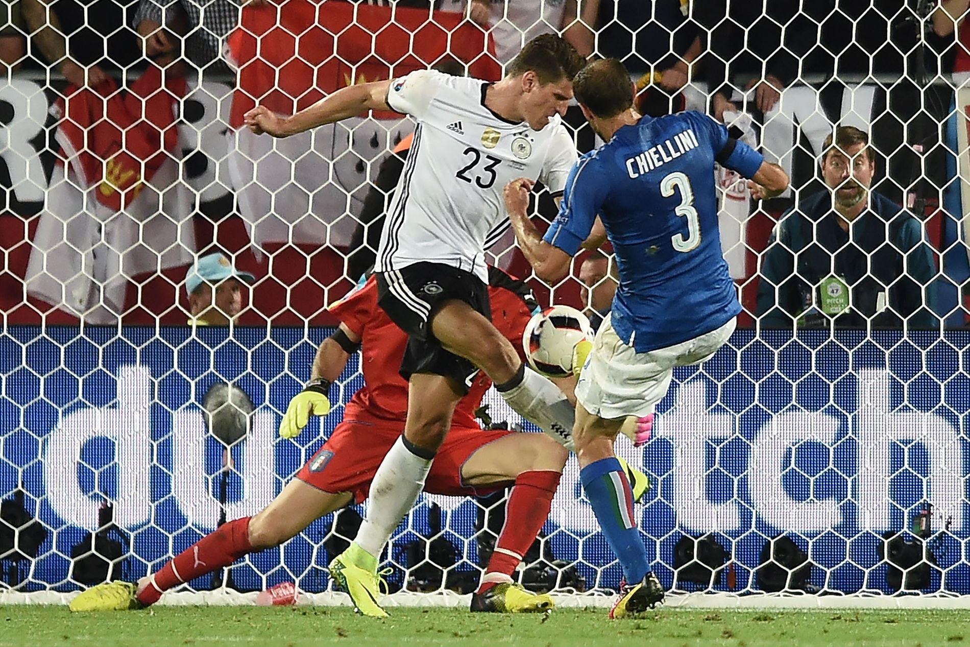 AVGJØRENDE ØYEBLIKK: Hadde Mario Gomez klart å overliste Buffon med hælsparket like etter 1-0-målet til Özil, hadde Tyskland trolig vært i semifinalen etter full tid.