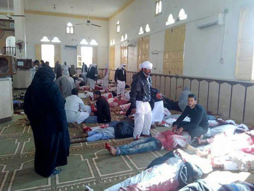 ANGREPET: Mennesker sitter ved siden av dem som ble drept i angrepet mot moskeen i al-Rawda om lag 40 kilometer fra provinshovedstaden El-Arish.