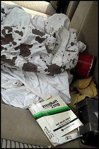 BLODIG: Et blodig teppe bærer vitnesbyrd om dødsdramaet som utspant seg i bilen. Foto: Ole Dag Kvamme.