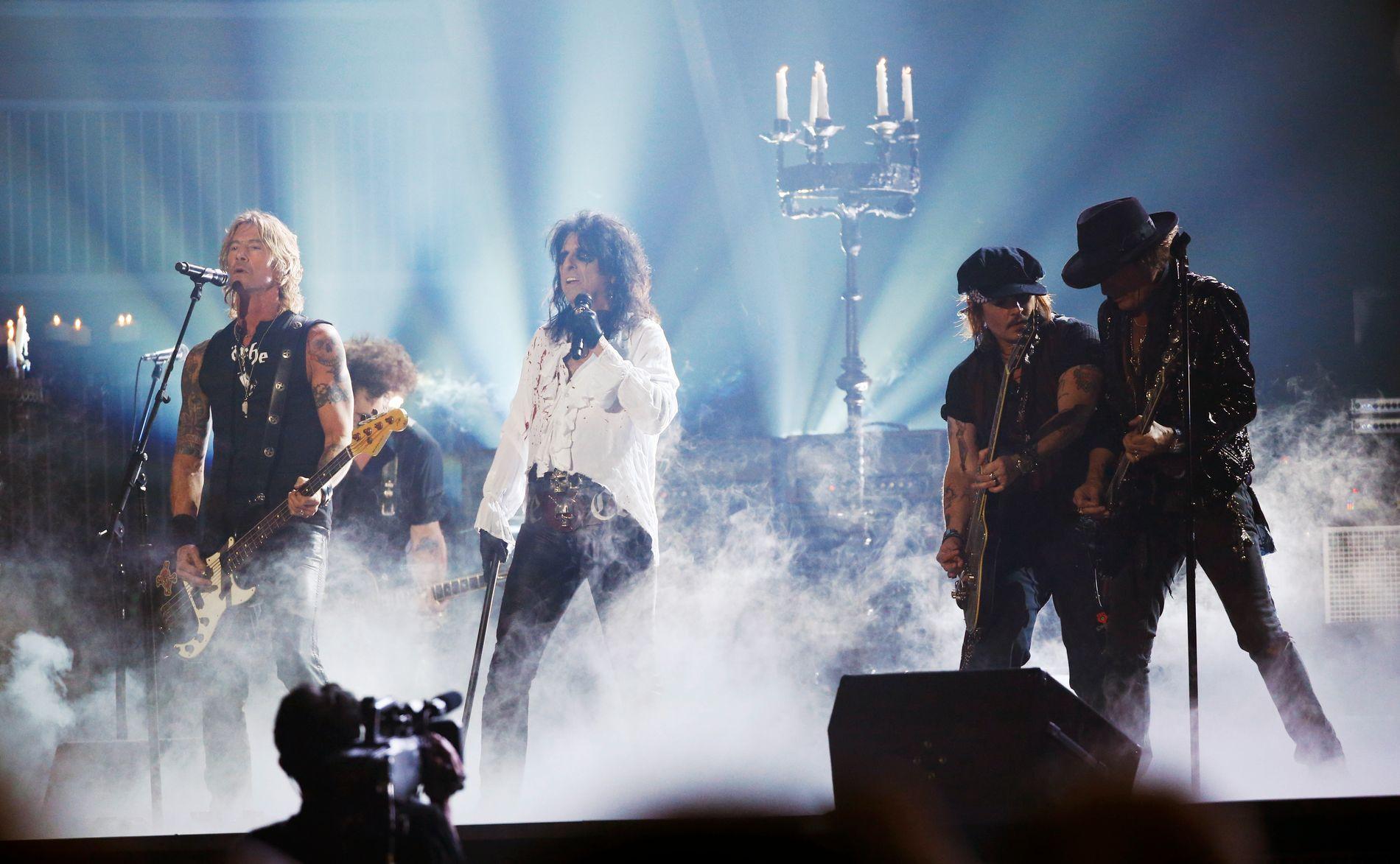 HOLLYWOOD VAMPIRES:  Duff McKagan, Alice Cooper, Johnny Depp and Joe Perry spiller på Grammy Award i februar i 2016.