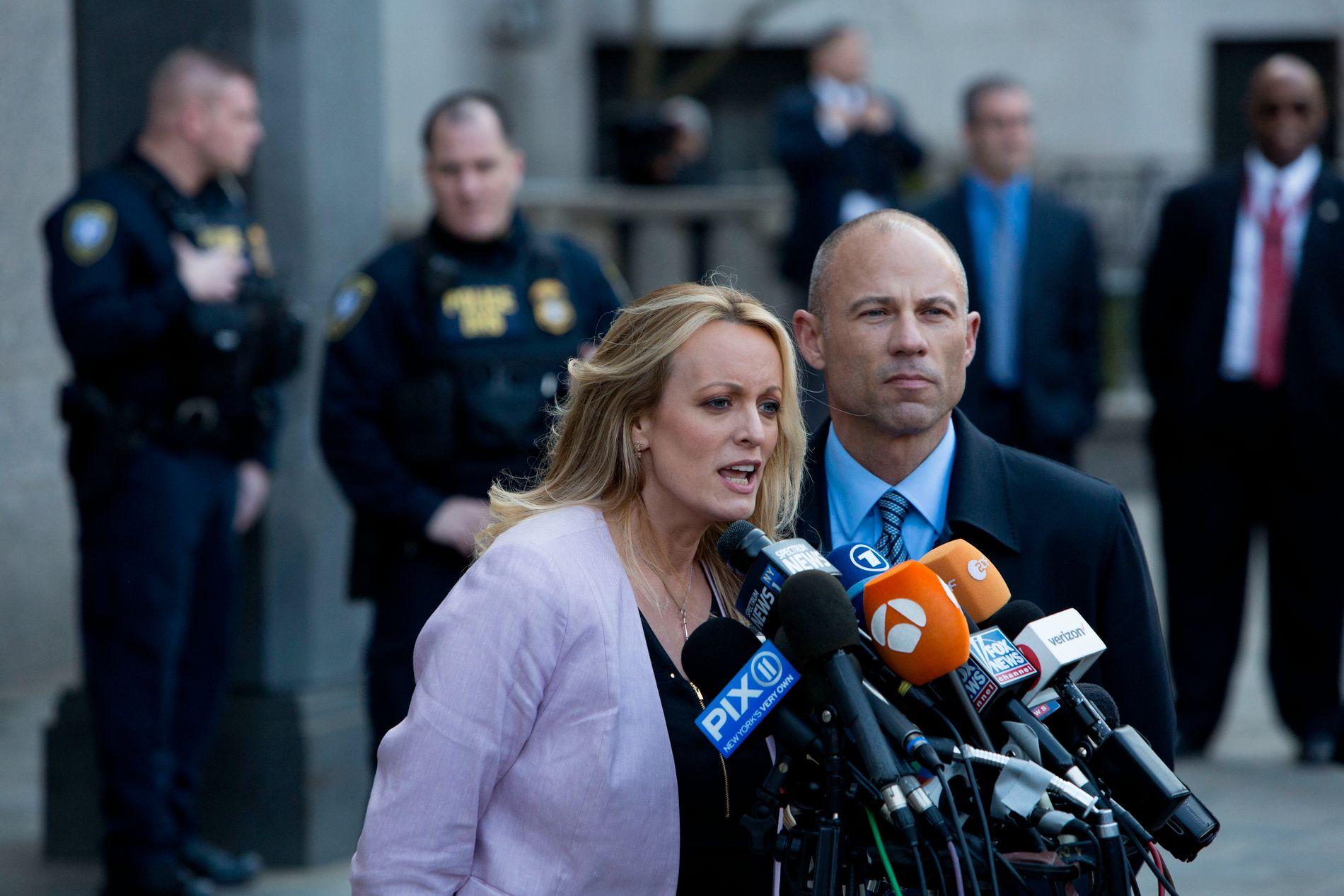 FIKK PENGER: Stormy Daniels (til venstre) sammen med sin advokat Michael Avenatti i New York i forbindelse med en rettshøring om razziaen mot Donald Trumps personlige advokat Michael Cohen.
