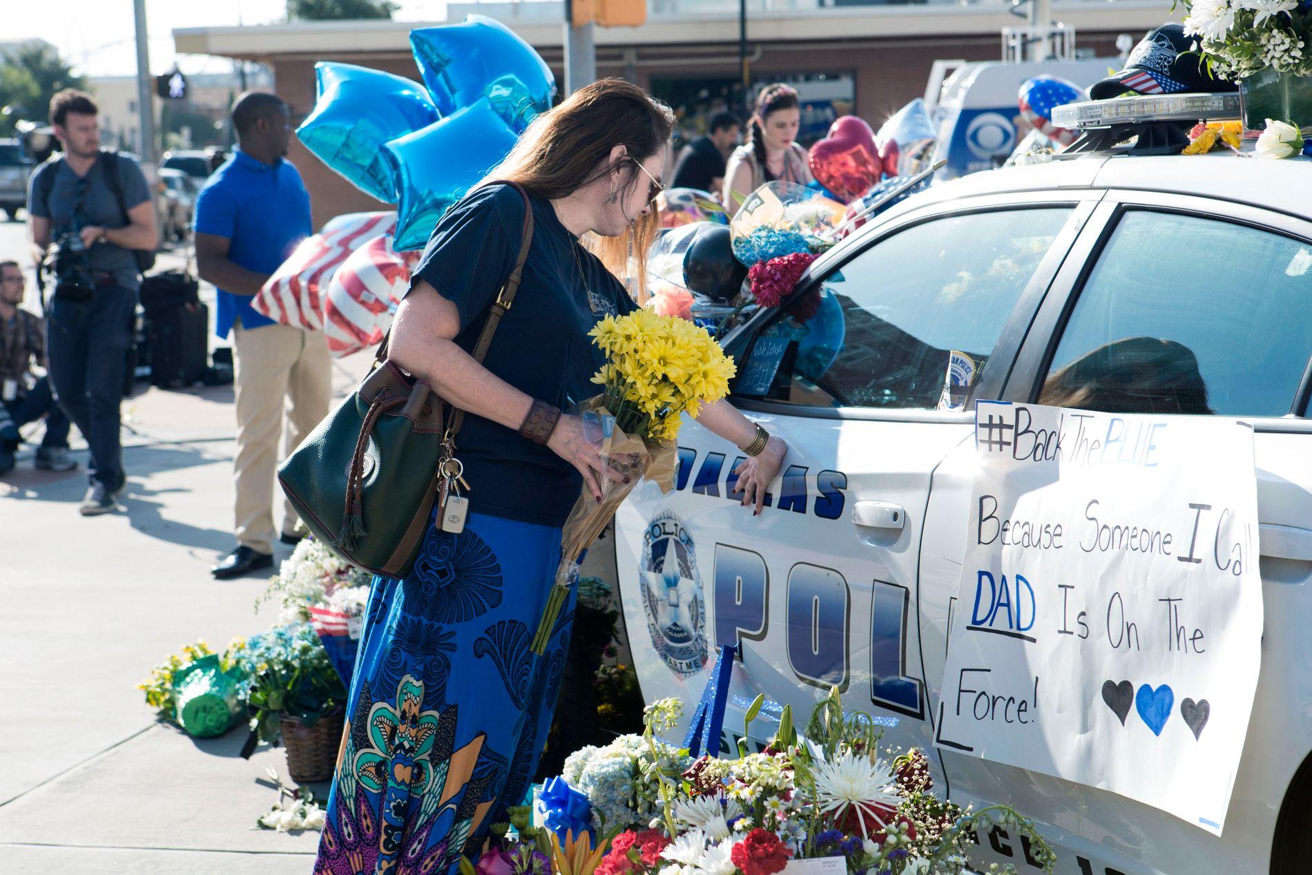 DAGEN ETTER DRAPENE: Innbyggerne i Dallas strømmet i går til Dallas Police Department for å vise sin støtte og hedre de fem drepte polititjenestemennene.