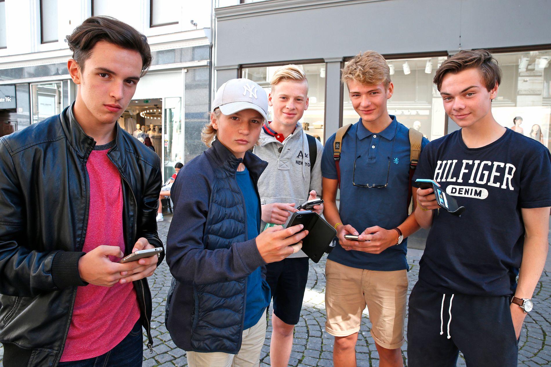 PÅ JAKT: Trønderne Eduardo Pinto de Oliveira (16), Jostein Thorsvik Hovda (15), Scott Martinus Mikkelsen Kvendset (16), Sebastian Schjetne (16) og Øystein Mork (16) bruker tiden mellom kampene på Norway Cup til å fange pokémoner i hovedstaden.
