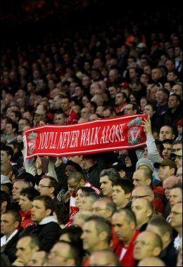 LIVERPOOL You'll Never Walk Alone er den sangen alle forbinder med Liverpool. Her er Liverpools supportere med et skjerf med den samme påskriften. Bildet er tatt på Anfield i fjor da Liverpool møtte Manchester City. Foto: Mike Egerton / PA
