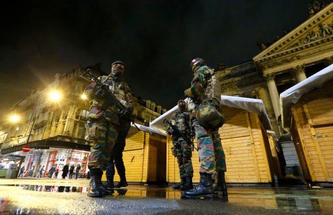 TERRORBEREDSKAP: Belgiske soldater på patrulje i Brussel lørdag kveld, etter at beredskapen i landet var hevet til det høyeste nivået.