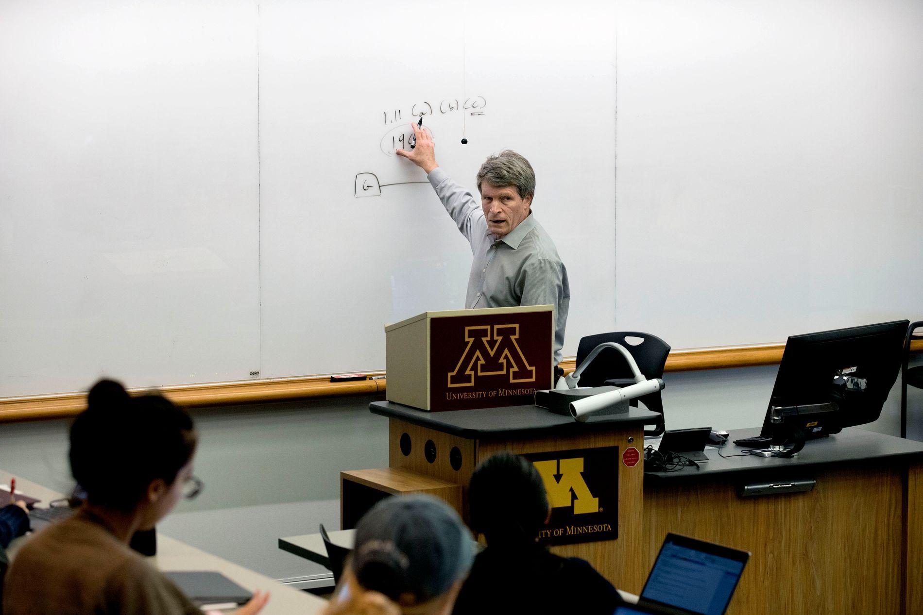 PÅ FORELESNING: Richard Painter jobber som professor med etikk og økonomi som spesialfelt på University of Minnesota.